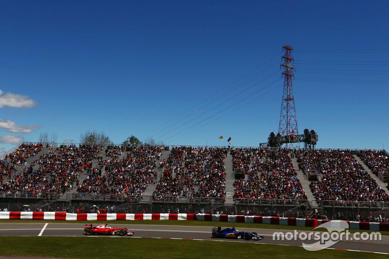 Marcus Ericsson, Sauber C35 leads Sebastian Vettel, Ferrari SF16-H