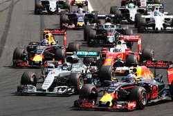 Inicio acción: Daniel Ricciardo, Red Bull Racing RB12 conduce a Lewis Hamilton, híbrido de Mercedes