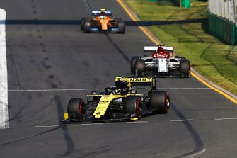 Nico Hulkenberg, Renault F1 Team R.S. 19, precede Kimi Raikkonen, Alfa Romeo Racing C38, and Lando Norris, McLaren MCL34