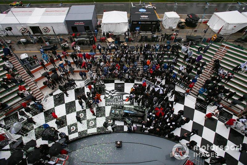 I vincitori della gara #10 Wayne Taylor Racing Cadillac DPi: Renger Van Der Zande, Jordan Taylor, Fernando Alonso, Kamui Kobayashi, festeggiano