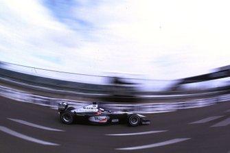 Olivier Panis, McLaren MP4-15, esce dai box
