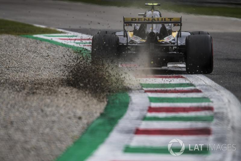 7. Carlos Sainz Jr., Renault Sport F1 Team RS 18, kicks up some gravel