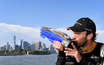 Il campione in carica della Formula E, Jean-Eric Vergne, con il trofeo, davanti allo skyline di New York