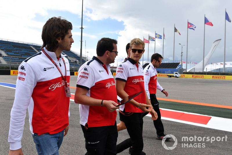 Antonio Giovinazzi, Sauber and Marcus Ericsson, Sauber walk the track