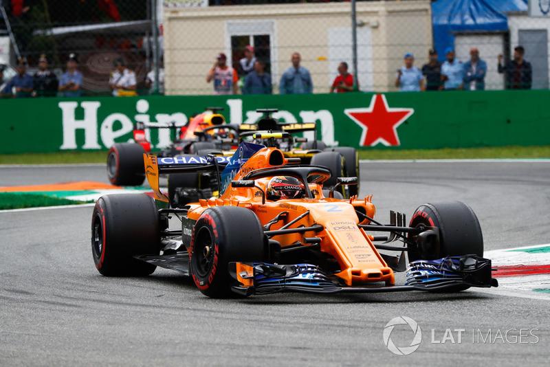 Stoffel Vandoorne, McLaren MCL33, Nico Hulkenberg, Renault Sport F1 Team R.S. 18, y Daniel Ricciardo, Red Bull Racing RB14