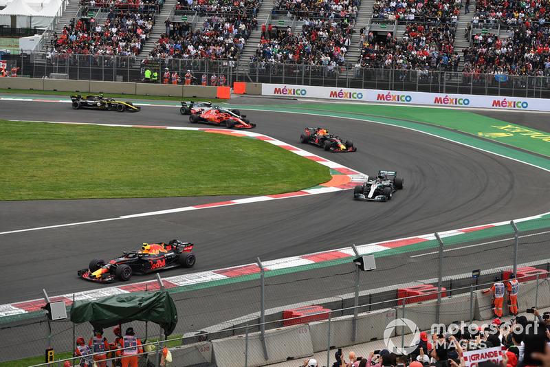 Max Verstappen, Red Bull Racing RB14 lidera a Lewis Hamilton, Mercedes-AMG F1 W09 en la primera vuelta