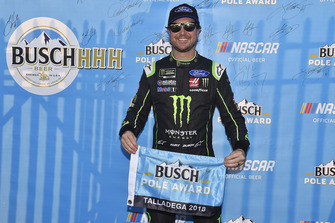 Kurt Busch, Stewart-Haas Racing, Ford Fusion Monster Energy / Haas Automation, trofeo de la pole