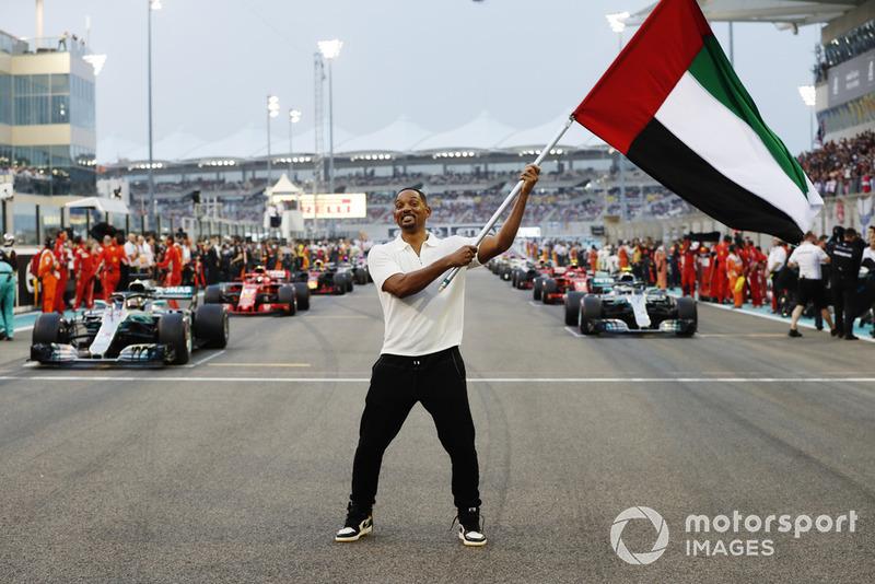 L'attore Will Smith sventola la bandiera degli Emirati Arabi Uniti, prima della partenza