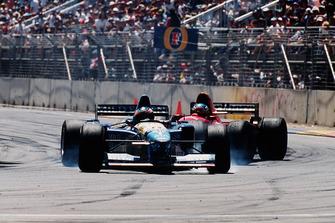 Michael Schumache, Benetton B195 Renault, Jean Alesi, Ferrari 412T2, dopo un contatto