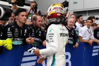 Lewis Hamilton, Mercedes AMG F1 et ses mécaniciens dans le Parc Fermé