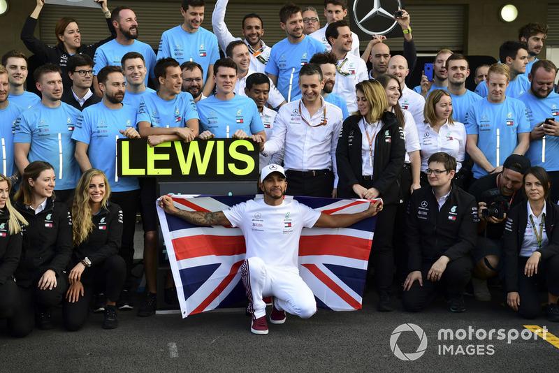 Lewis Hamilton, Mercedes AMG F1, festeggia con il suo team