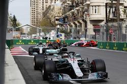 Lewis Hamilton, Mercedes AMG F1 W09, Valtteri Bottas, Mercedes AMG F1 W09, Daniel Ricciardo, Red Bull Racing RB14 Tag Heuer, Max Verstappen, Red Bull Racing RB14 Tag Heuer, Kimi Raikkonen, Ferrari SF71H, y Esteban Ocon, Force India VJM11 Mercedes, en la ar