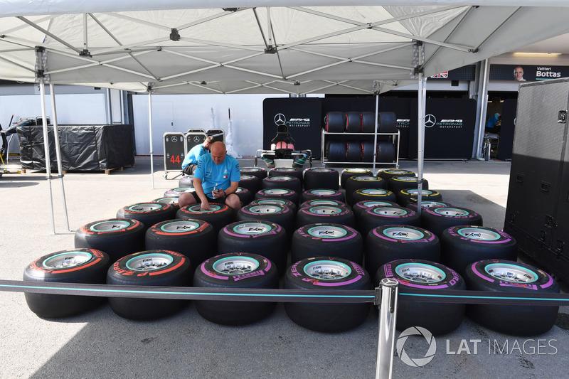 Mecánico de Mercedes AMG F1y Pirelli tyres