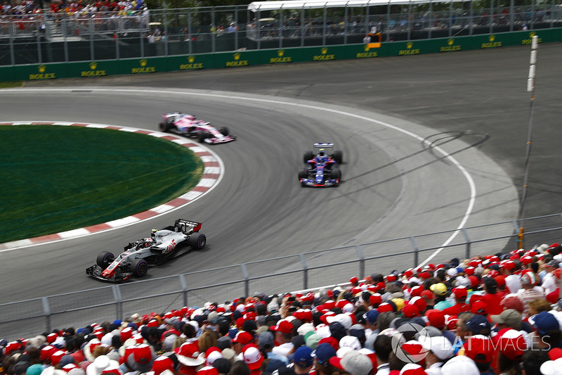 Kevin Magnussen, Haas F1 Team VF-18, leads Pierre Gasly, Toro Rosso STR13 and Sergio Perez, Force In