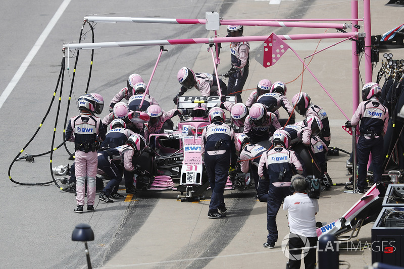 Esteban Ocon, Force India VJM11, makes a pit stop