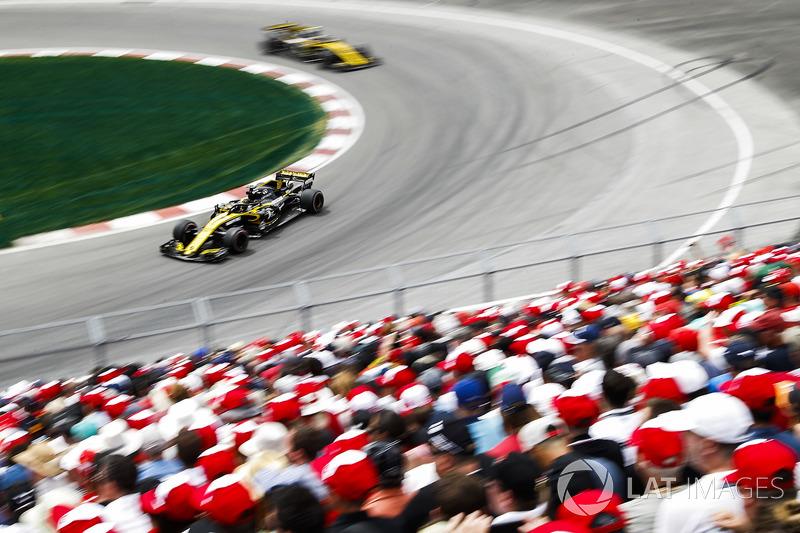 Nico Hulkenberg, Renault Sport F1 Team R.S. 18, leads Carlos Sainz Jr., Renault Sport F1 Team R.S. 1