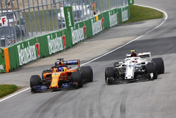 Fernando Alonso, McLaren MCL33, en Charles Leclerc, Sauber C37