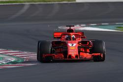 Kimi Raikkonen, Ferrari SF71H saca chispas
