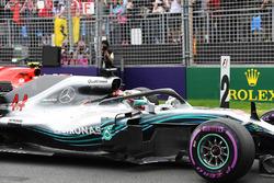 Pole sitter Lewis Hamilton, Mercedes-AMG F1 W09 in parc ferme