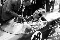 Jim Clark, Lotus 18 - Climax, reçoit une bouteille de champagne