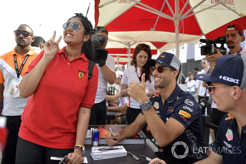 Daniel Ricciardo, Red Bull Racing and Max Verstappen, Red Bull Racing fans photo at the autograph se