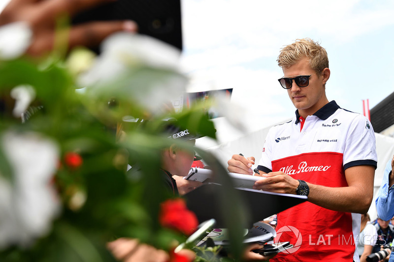Marcus Ericsson, Sauber signe des autographes pour les fans