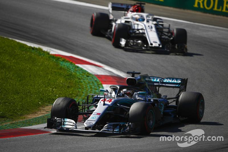 Lewis Hamilton, Mercedes AMG F1 W09, Marcus Ericsson, Sauber C37