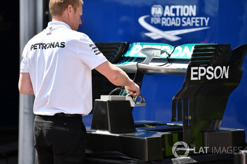 Sayap belakang Mercedes-AMG F1 W09