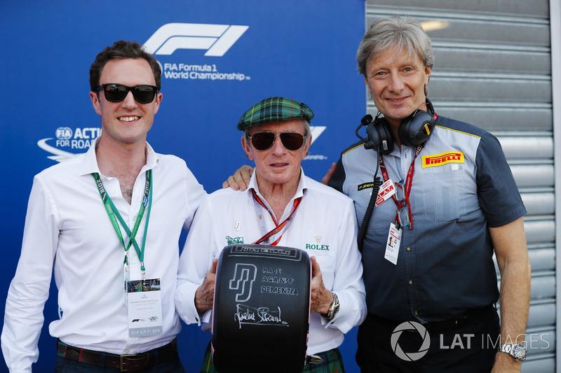 "Sir Jackie Stewart con uno pneumatico con il messaggio ""Race Against Dementia"""