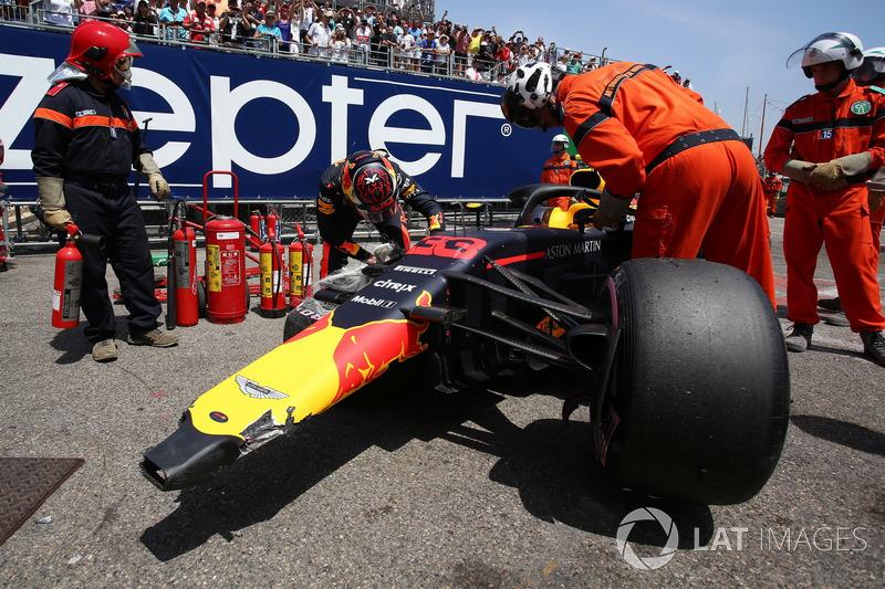 Max Verstappen, Red Bull Racing RB14 regarde sa voiture endommagée