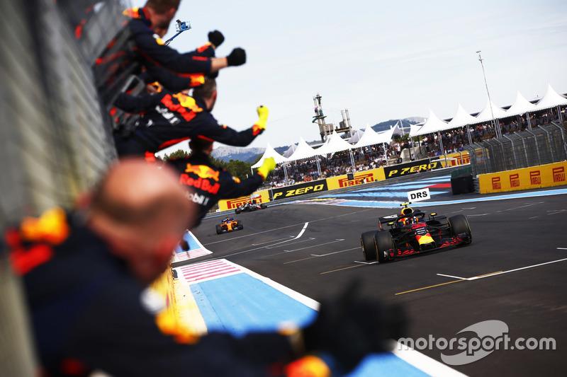 Max Verstappen, Red Bull Racing RB14, cruza la línea de meta