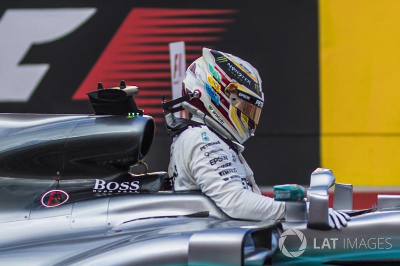 Ganador de la pole Lewis Hamilton, Mercedes-Benz F1 W08  en parc ferme