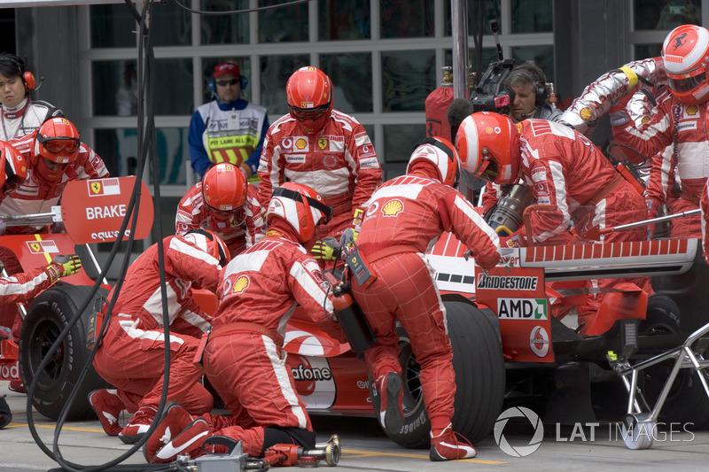 После своего пит-стопа Шумахер выехал вровень с Баррикелло и едва не столкнулся с напарником – чтобы избежать лишения самого легкого «дубля» в истории Формулы 1, Рубенс проехался по траве