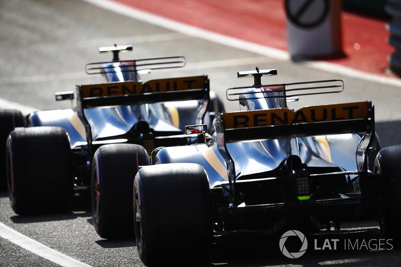 Carlos Sainz Jr., Renault Sport F1 Team RS17, Nico Hulkenberg, Renault Sport F1 Team RS17, en pits