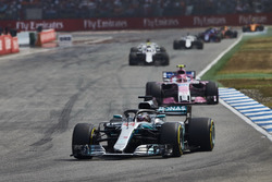 Lewis Hamilton, Mercedes AMG F1 W09, precede Esteban Ocon, Force India VJM11