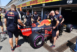 Red Bull Racing mechanics with Red Bull Racing RB14