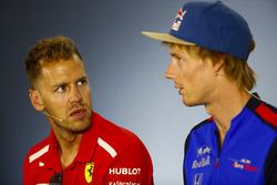 Sebastian Vettel, Ferrari, e Brendon Hartley, Toro Rosso, nella conferenza stampa