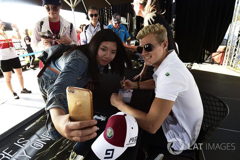 Marcus Ericsson, selfie bersama penggemar Sauber