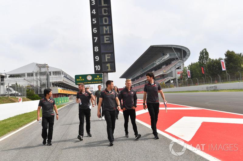 Kevin Magnussen, Haas F1 camina por la pista