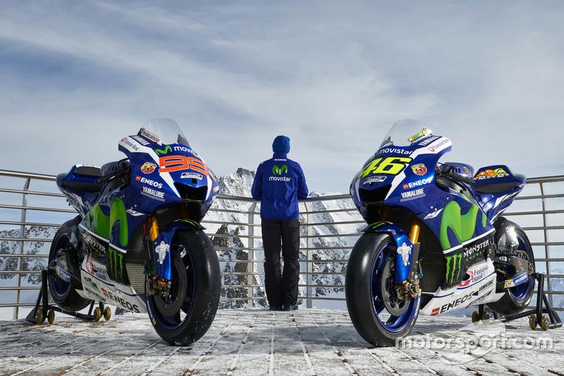 Movistar Yamaha MotoGP Teamdirektor Massimo Meregalli mit den Bikes von Jorge Lorenzo und Valentino