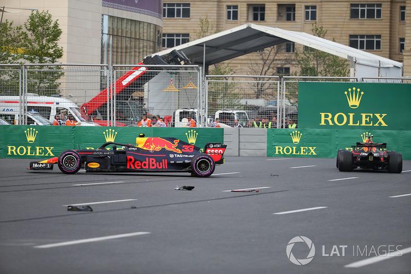 Los coches accidentados de Max Verstappen, Red Bull Racing RB14 y Daniel Ricciardo, Red Bull Racing RB14