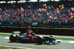 David Coulthard, Williams lleva sobre su coche a Rubens Barrichello, Lotus