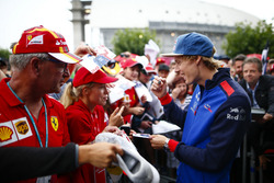 Brendon Hartley, Toro Rosso, firma autógrafos para fanáticos