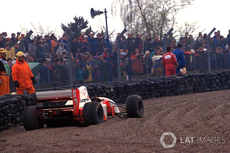 Michael Andretti, Mclaren MP4/8 dans les graviers après l'accrochage avec Karl Wendlinger, Sauber C12