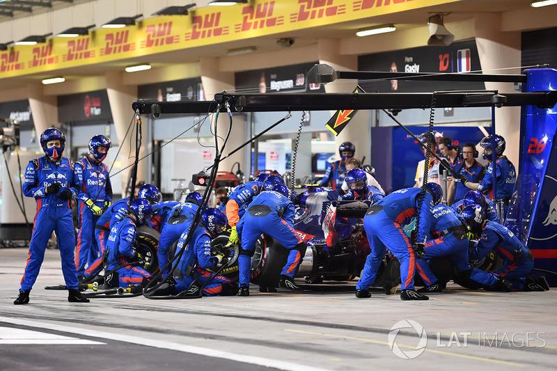 Brendon Hartley, Scuderia Toro Rosso STR13 in the pits