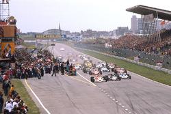 Start zum GP NIederlande 1977: James Hunt, McLaren M26, führt