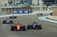 Stoffel Vandoorne, McLaren MCL32 devant Pierre Gasly, Scuderia Toro Rosso STR12