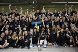 Toto Wolff, directeur exécutif Mercedes AMG F1, le vainqueur Valtteri Bottas, Mercedes AMG F1, sa femme Emilia, le deuxième Lewis Hamilton, Mercedes AMG F1, et l'équipe Mercedes fêtent le doublé