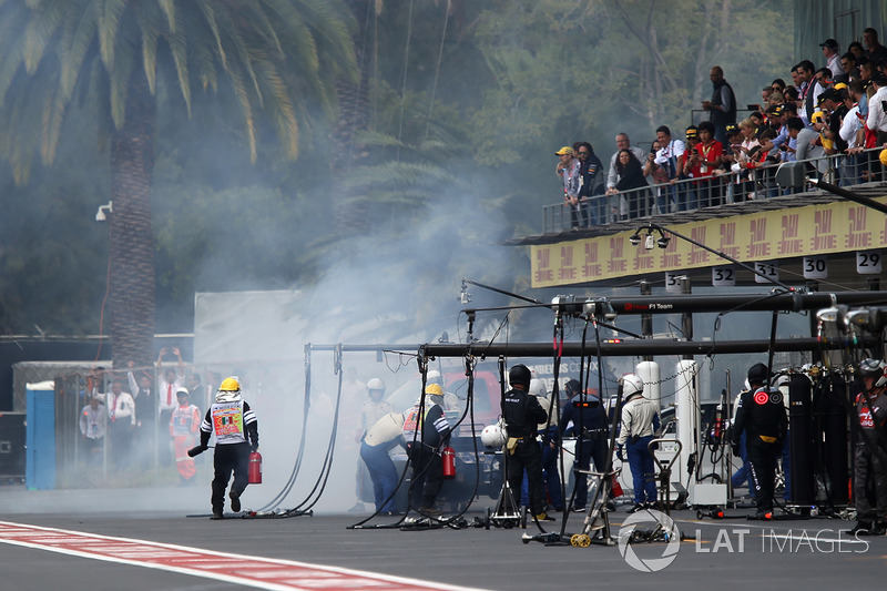 Fire marshals with the car of Marcus Ericsson, Sauber C36 after retiring from the race with a fire