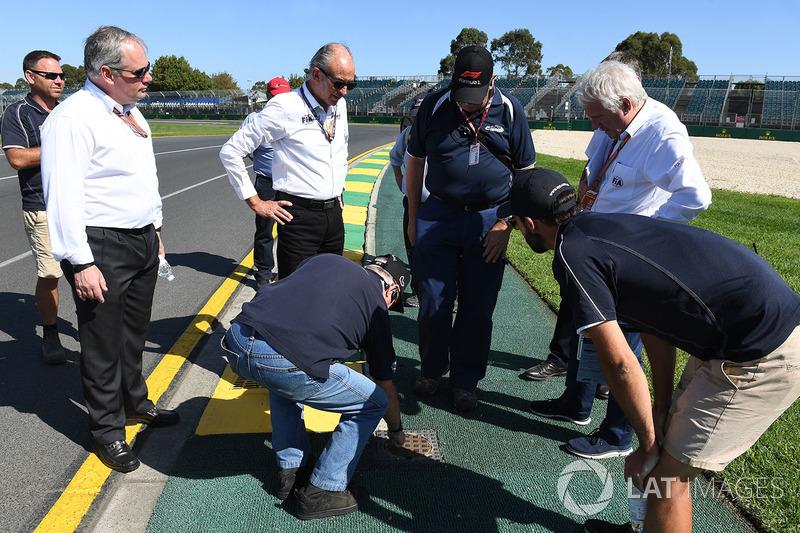 Чарли Уайтинг, гоночный директор Ф1, инспектирует трассу и поребрики
